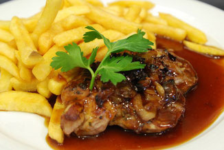 Steak mit Soße vor Pommes Frites