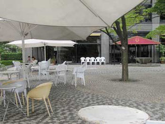 東京都・天王洲アイルのテントがある広場