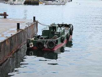 神奈川県・真鶴漁港の浮き桟橋と小船