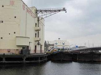 横浜市神奈川区・三井倉庫のクレーンとはしけ船