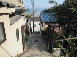 神奈川県藤沢市・江ノ島の裏通りの階段と灯台