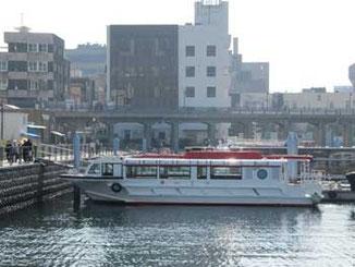 横浜市・ゾウの鼻パークの船とビル