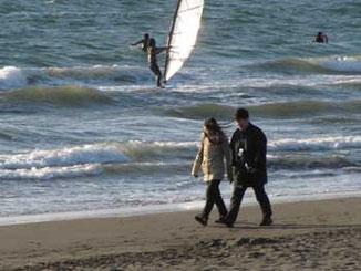 藤沢市江ノ島・浜辺を散歩する二人