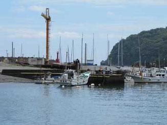 神奈川県・真鶴漁港のクレーンと漁船