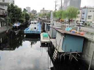 東京・北品川橋の船