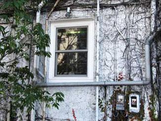 横浜市・海岸通り海洋会館の裏窓