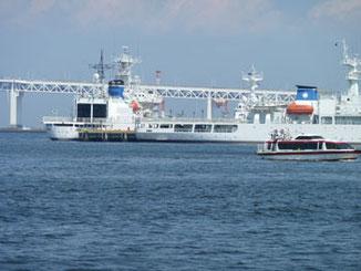 横浜市・横浜港の巡視船とベイブリッジ
