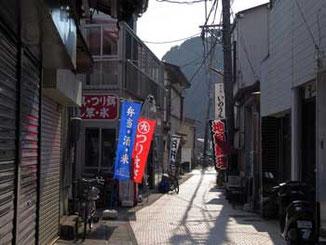 神奈川県藤沢市・江ノ島の裏通りの店