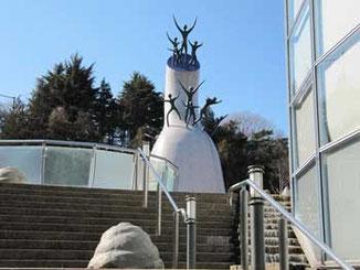 川崎市・岡本太郎美術館の母の塔