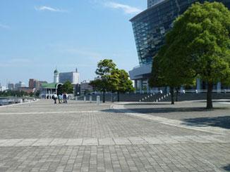横浜市・臨港パークの横浜国際会議場とぷかり桟橋
