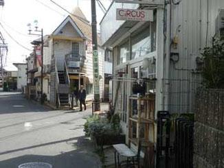 神奈川県・茅ヶ崎市雄三通りのY字路