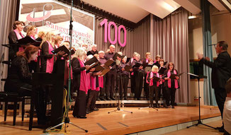 """Die Sängerfreunde Leerstetten präsentierten am 19. Oktober 2019 in der Gemeindehalle Schwanstetten ihr Jubiläumskonzert """"100 Jahre Sängerfreunde Leerstetten""""."""