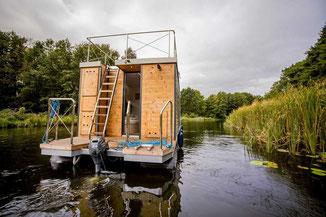 Hausboote fuehrerscheinfrei mieten in Brandenburg. Außenansicht des Hausbootes.