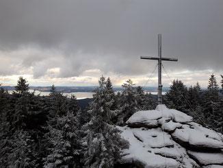 Bärenstein Gipfel nach dem Aufstieg im Böhmerwald, Ausblick auf den Lipno Stausee in Tschechien