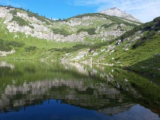Rinnerkogel - Spiegelung im Wildensee am Weg von der Rinnerhütte zum Albert-Appelhaus und zum Redenden Stein