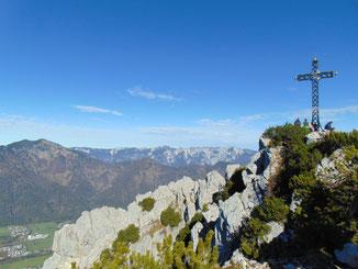 Katrin Gipfelkreuz nach der Wanderung auf Hainzen und Elferkogel