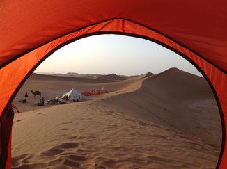Blick vom Zelt in der Wüste Chgaga in Marokko