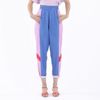 Hose mit Farbmix von Bitten Stetter. Blau, flieder, rot. Mit Gummizug in der Taille.