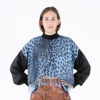 Leo-Oberteil von Bitten Stetter. Blauer Leopardenprint mit Fransen.