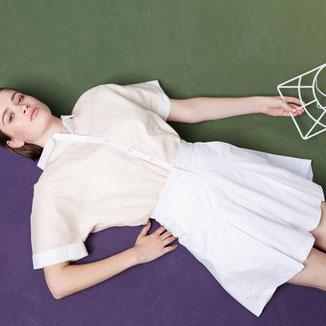Bermuda von Bitten Stetter mit Kellerfalte. Angezogene Alternative zum Tennisrock. Weiße Baumwolle mit Streifen.