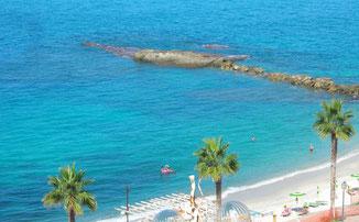 Strandabschnitt mit Sonnenschirmen Tropea © ferienwohnung-nahe-tropea-in-kalabrien.com