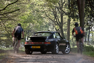 Porsche 993 Carrera in het bos met mountainbikers