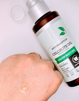 Texture olio anticellulite Green Matcha Urtekram su dorso mano
