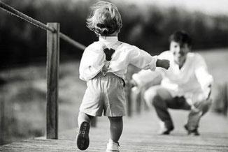 Papá e hijo jugando. Coaching para padres