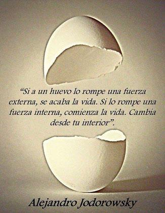 """Figura de la cáscara de un huevo roto con frase de Jodoroski: """"Cambia desde tu interior"""""""