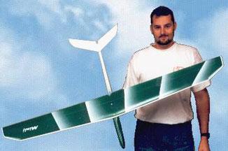 Alexis Marechal en 1998 présente un planeur Minij Aeromod blanc et vert