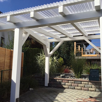 In Bisingen wurde ein alter Freisitz durch eine neue Holzkonstruktion ersetzt. Bedachung mit Plexiglas Wellplatten strukturiert