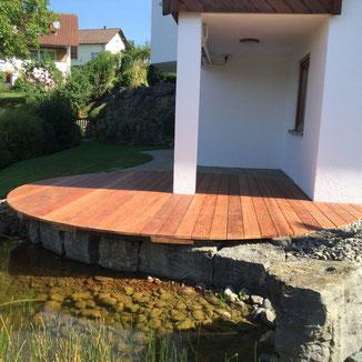 Das runde Terrassendeck in Balingen Zillhausen. Holzart Walaba. Walaba bekommt mit der Zeit eine schöne silbergraue Patina und hält sehr lange auch bei direkter Bewitterung.