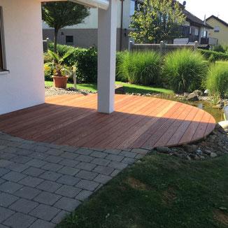 In Zillhausen haben wir ein altes Terrassendeck durch ein neues Deck mit Walaba Brettern ersetzt. So mussten wir die Runde Form wieder an die bestehenden Pflastersteine anpassen.