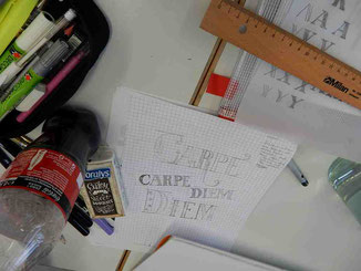 Buchstaben auf kariertem Papier gezeichnet