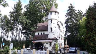 Zamecek, Burg und Cafe... jedoch noch nicht geöffnet...