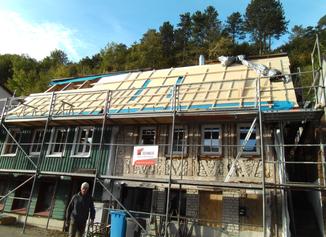 Dachsanierung Albstadt - Tailfingen. Die Dachverschalung und Aufdachdämmung mit Holzfaserplatten in Eigenregie der Bauherrschaft.
