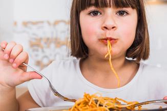 Während der Mittagspause können die Kinder an allen Tagen (außer mittwochs) unter Aufsicht in der Schule essen. Ausgewogene, gesunde und abwechslungsreiche Ernährung ist in unserer Schule wichtig