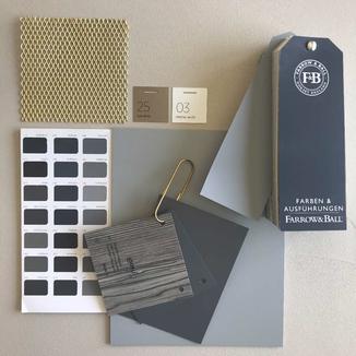 Die Materialauswahl und Kombinationen sind Basis deines Mythos. Bild mit Oberflächenmuster in Grautönen  und Holzmaserung. Linoleum Muster in Grau- und gold streckgitter Metall und Farbmusterfächer von Farrow & Ball.