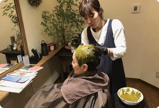 ヘナを塗布|ヘアサロン528【hairsalon528】茅ヶ崎にある髪と地肌に優しいオーガニックヘナカラーの専門店