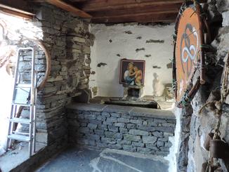 Blick auf die Quelle am Hauseingang mit Marienbild.