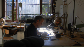JR Schmuck Online Jörg Rohner und Monika Bürki arbeiten im Goldschmiede-Atelier in Sins
