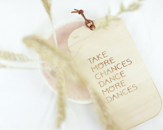 "Wanddekoration Schild  mit Lasergravur ""Take more chances, dance more dances"""