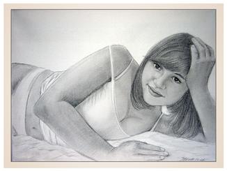 inna-bredereck-auftragsmalerei-kohlezeichnung-erotik-aktzeichnung-aktmalerei-kunstwerk-negligee-frau-slip-laecheln