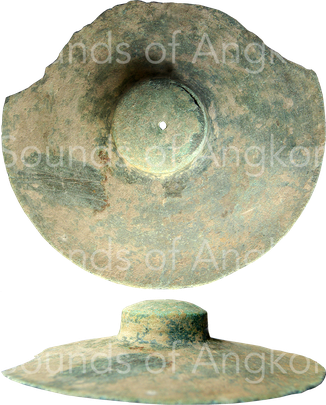 Bronze cymbal with solid handle. Found in Banteay Chhmar. Wat Bo coll. Unknow dating.