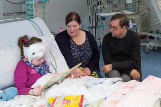 Jan Josef Liefers mit NCL-Patientin im UKE