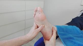 Die Abbildung zeigt die Fußreflexzonenmassag im Bereich des Verdauungstraktes