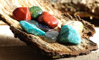 Cristal de roche, turquoise, quartz rose, tourmaline, oeil de tigre, lapis lazuli, ambre, obsidienne, améthyste, cornaline, malachite, jaspe, émeraude, calcite, citrine,  labradorite, fluorine, pyrite, topaze, agate, rodochrosite, shungite, etc.