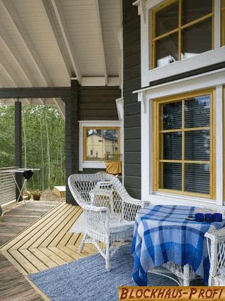Terrasse von Holzhaus - © Blockhaus-Profi