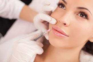 Hier sehen Sie eine Lippenunterspritzung zur Verbesserung des Lippenvolumen