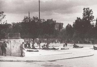 3/12/1944 : des corps de manifestants non armés d'ELAS jonchent la place Syntagma - source 'I kathimerini'